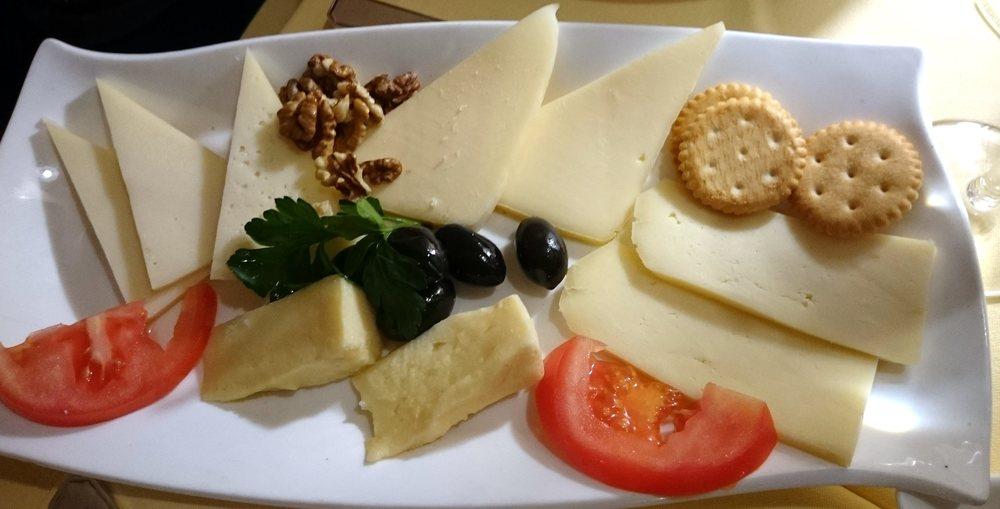 L'assiette de fromages à Ragusa 2. Le fromage Pag est à gauche.