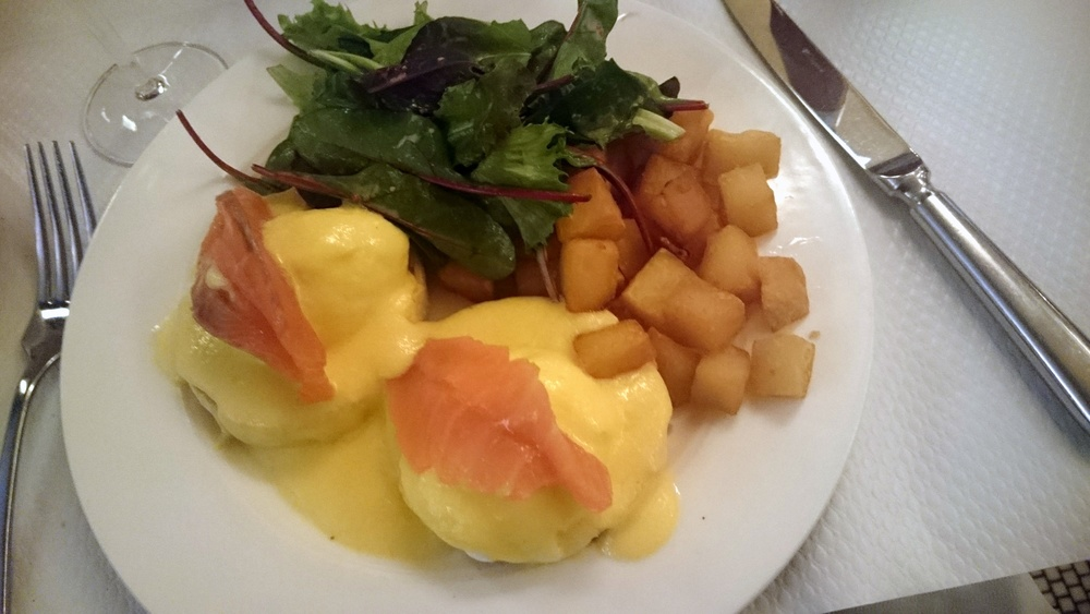 Je le trouve honteux que j'ai pris le brunch: c'est trop ricain !Mais les œufs ont été parfaitement préparés et la sauce hollandaise a été faite maison et ne venait pas d'une boîte.