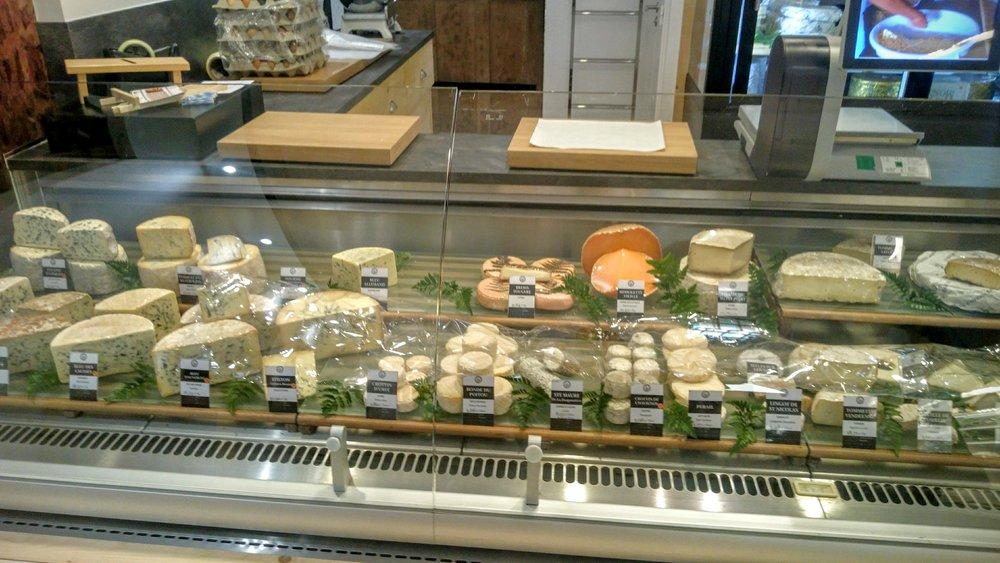 Rayon fromage chez Mons à Charlieu