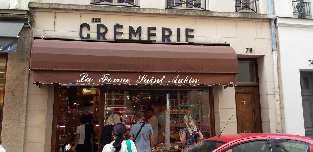 La crèmerie La Ferme Saint-Aubin sur l'Île Saint-Louis. Des belles choses dans un petit écrin !