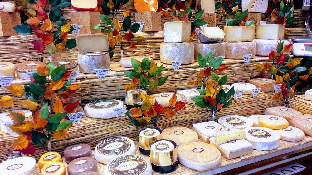 La présentation des fromages de pâte molle ainsi que des tommes de brebis. Le Coulommiers se trouve en bas côté droite.