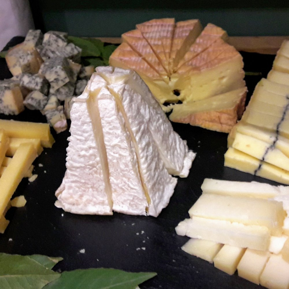 P = Pyramide = Pouligny-Saint-Pierre. C'était une assiette de fromage que j'ai faite pour des amis. De gauche à droite, dans le sens des aiguilles d'une montre : Comté AOP 24 mois, Bleu de Sassenage AOP, Livarot AOP, Morbier AOP, Tomme de Berger.