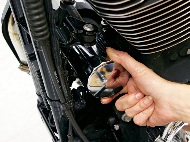 0703_hrbp_10_z+harley_davidson_sportster_oil_change+tightening_filter.jpg
