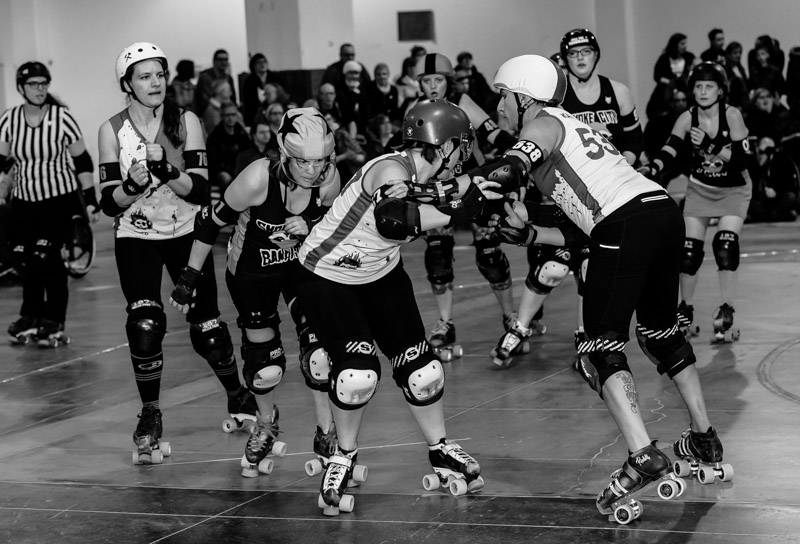 Smoke Cities Bandit jammer Titmouse battles her way through the Death Track Dolls blockers