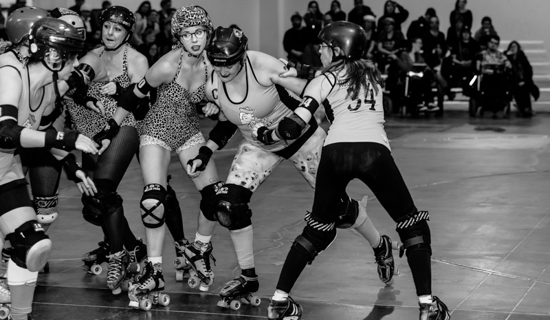 Gore Gore Rollergirls' jammer Murdercat gets the cold shoulder from Chicks Ahoy! blocker Francesca Fiueré