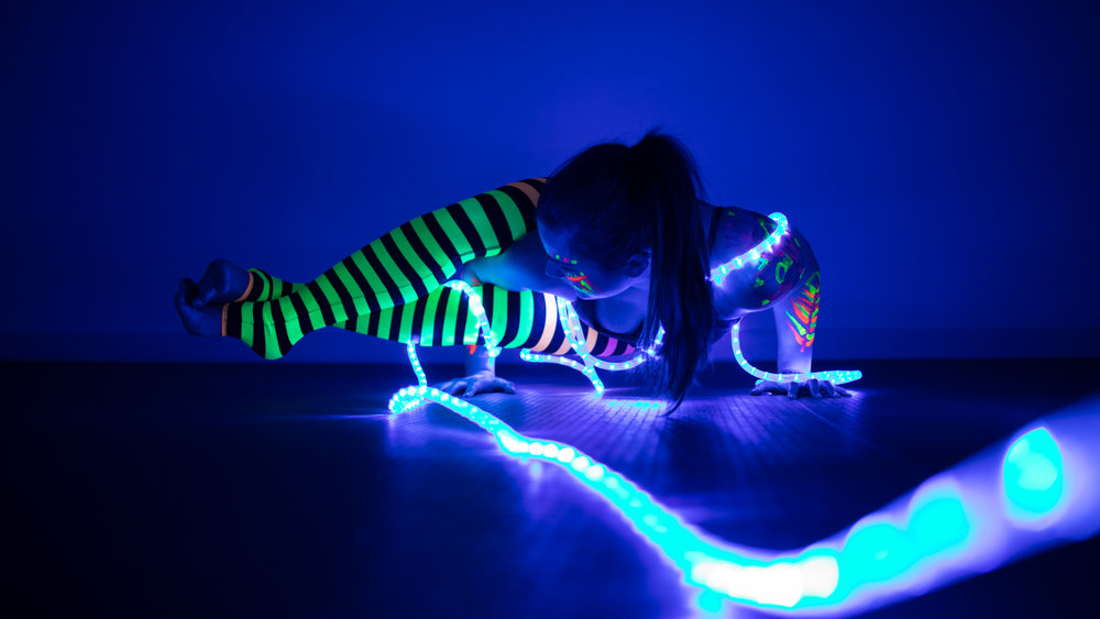 Glow-ga - Yoga with blacklight