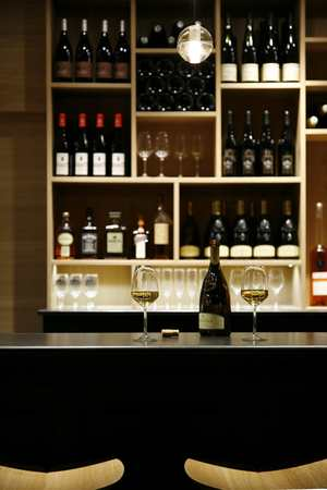 Le Bar — Black & Wine - Bar à vins Strasbourg
