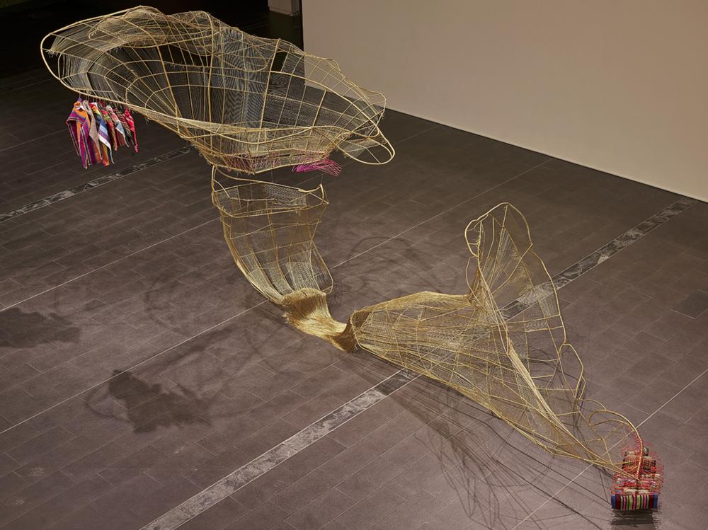 1. 林介文〈出口〉,2016,二分圓鐵、鋼筋、太魯閣手織布、衣架、金繩,尺寸依展出場地而定