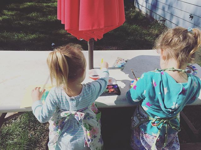 If there's one thing that's true of all Oregonians, big or small, it's that when the sun shines we abandon all of our inside plans and head outside. These two know that already and decided it's a painting in the sun kind of day 😁. . #oregonsunshine #littleoregonians #oregonspring #spontaneouspainting #homeschoolmom #creativekids #idontplanthisstuff #independentkids