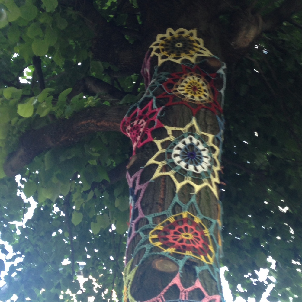 Ch d'Ixelles yarn bomb flowers close-up.JPG