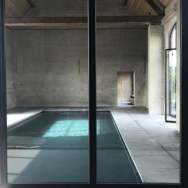 Pool goals by @vincentvanduysen BS Residence Belguim. No surprise plenty of concrete, steel and bagged brick render. We have deliberated dark and moody pool versus teal (like this one!) versus green and have finally ordered our tiles but then.. a day later second guessed my decision. 🤪🙈 Do I keep hunting or stick with my decision? Tag me on your favourite pools. Was much harder than I thought 🙄🤷🏼‍♀️🤯 Happy Sunday x