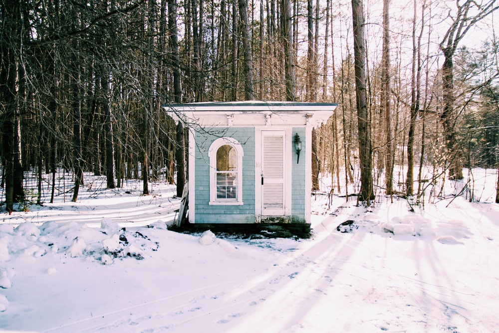 I stumbled upon this adorable little cabin from the 1800s and it looks like it's being used as someone's   office !   How cute is that?!