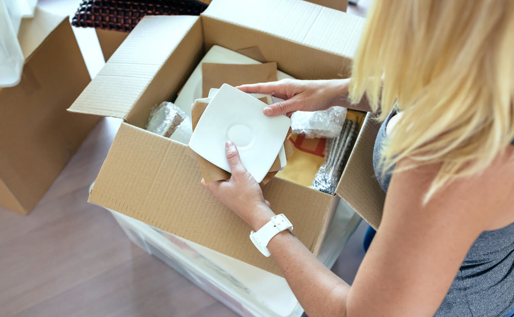 woman packing box - how to move quickly