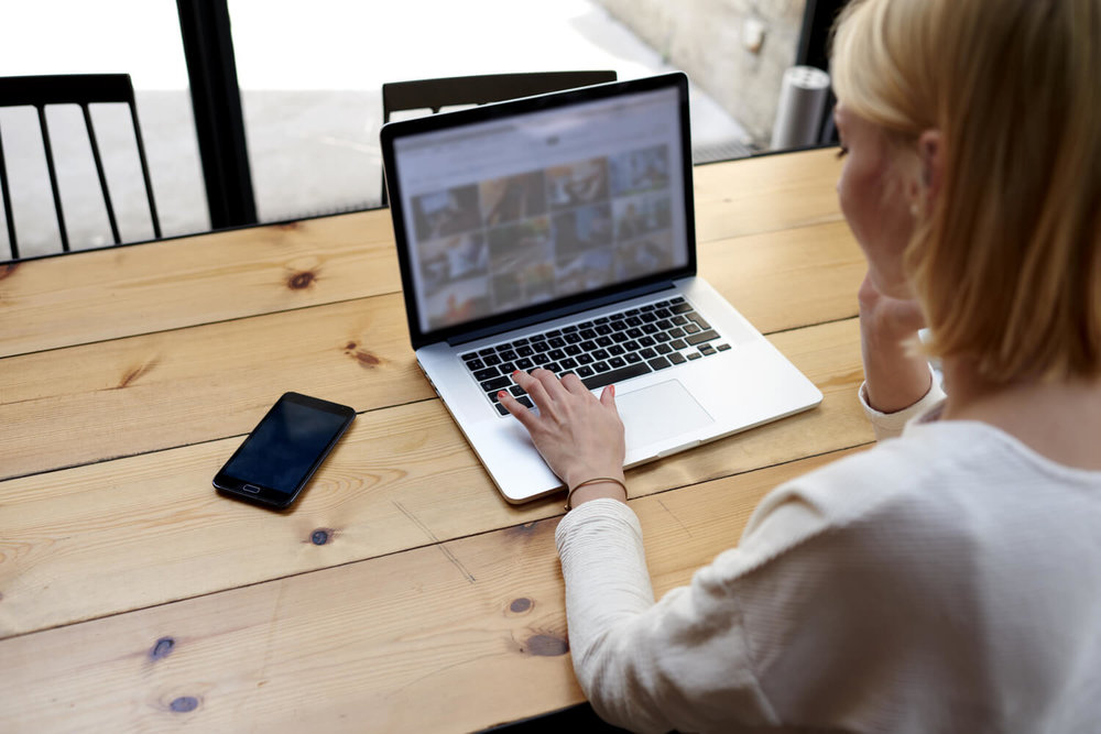 woman on laptop - multifamily moving tips