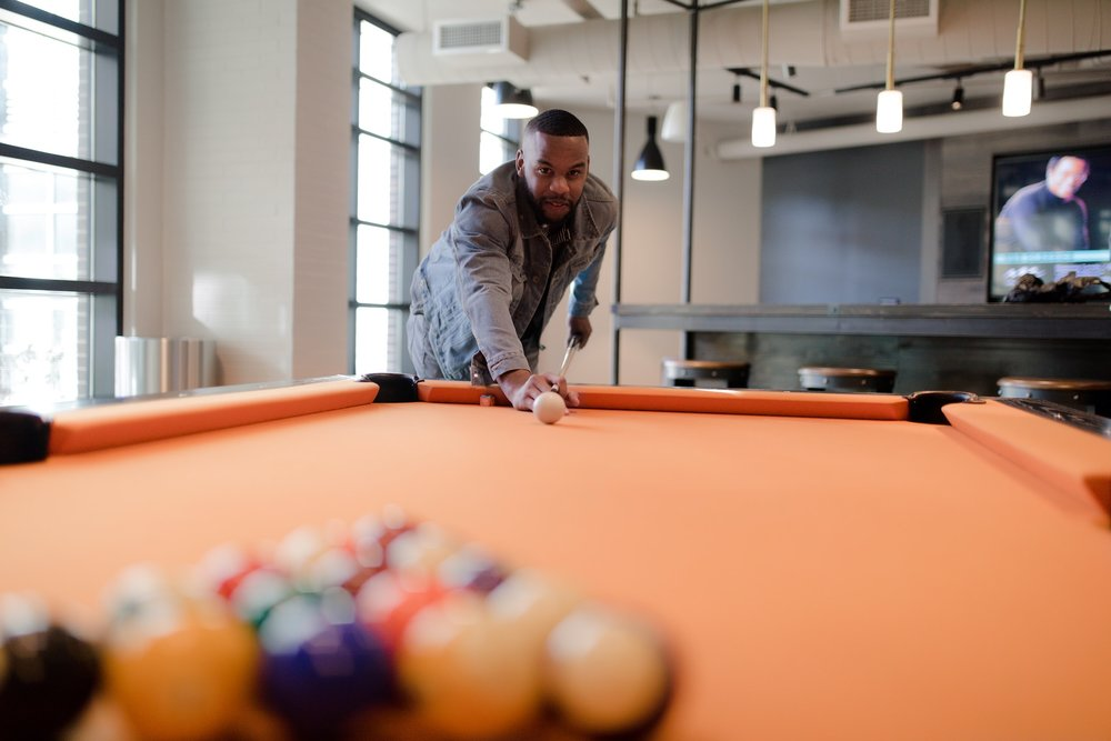 game-room-lounge_high-end-apartment-amenities