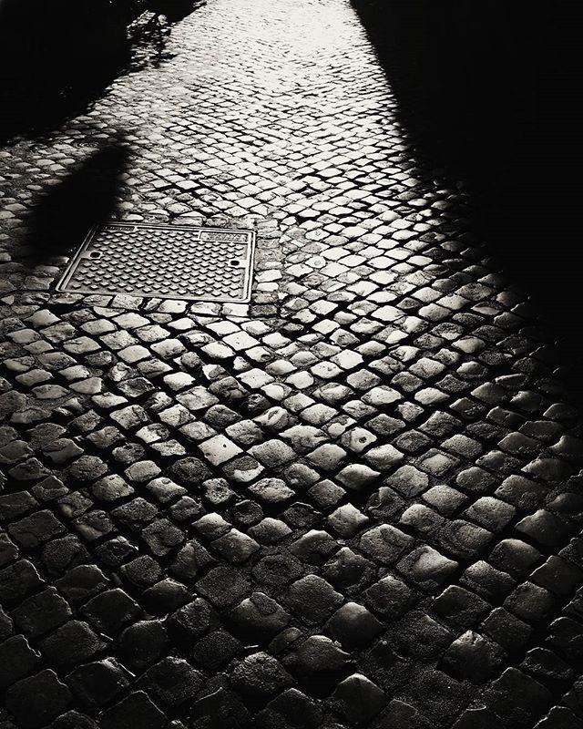 #sanpietrini #light #street #lightrays #rome #roma #trastevere #italy #europe #b&w #blackandwhite #samsung