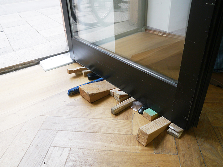 Thomas Geiger, Skulptürchen (Brussels), 2015, doorstops, taken from different locations, dimensions variable