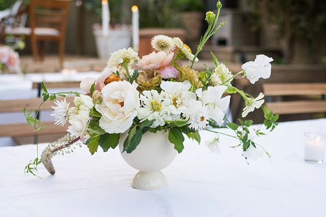 I think weddings with neutral color palettes may be some of my favorites. . . . pc: @jessicasterlingphoto . #centerpieces #floraldecor #floralarrangement #wedding #weddingday #weddingflowers #floralinspo #floralcenterpiece #neutralpalette #laidback #flowerseveryday #laflorist #imaflorist