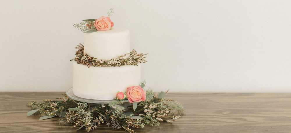 PHOTO: ALY CARROLL PHOTOGRAPHY  |  CAKE: CRÈME CUPCAKE + DESSERTS  |  FLORALS: SHELLY SARVER DESIGNS