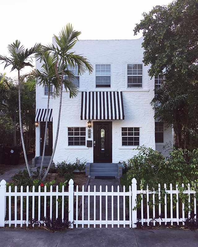 Our home away from home the next few days aka the cutest little @airbnb cottage I ever did see. If it had cheeks I'd be pinching them 🤗 #palmbeachcounty