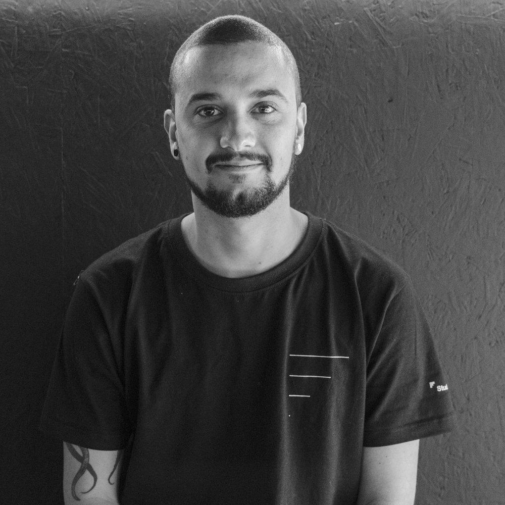 Gabriel Oliveira    @gabiledebob , designer gráfico.  Conosco há mais de dois anos, além de mestre no 3D é ele quem capricha na playlist do studio todos os dias pra gente nunca ficar sem som!