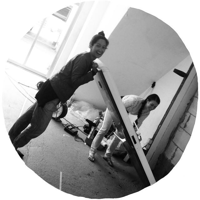 001 Baustellenspaß. Die Damen lernen, wie man eine Tür von 1950 aus den Angeln hievt und dass man auf dem Bau nicht mit weißen Hosen und Häkeljäckchen glänzen sollte. #actionhouse #heidelberg #helferlein #frauambau #coworking #newrooms