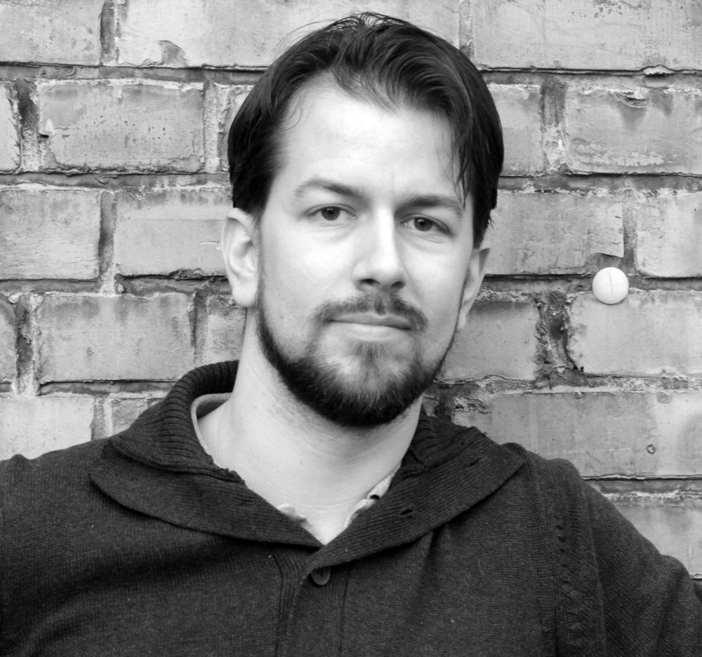 Chad S.  Chad ist Action-House-Gründer und -Visionär. In Los Angeles hat er Filmproduktion und Mediengestaltung gelernt und die Action-House-Idee entwickelt. Nachdem er über den Teich zu uns gekommen ist, hat er sich erst einmal als English Teacher etabliert. Als wahrer Filmnerd gibt er Kurse in Filmproduktion und hat außerdem 2012 seine eigene Produktionsfirma gegründet.   Kontakt:  film@actionhouse.org  und englisch@actionhouse.org