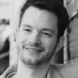 """Simon B.  Simon ist ein Tüftler und Bastler. Vom einfachen Computer über den 3-D-Drucker bis hin zu Samenbomben kann Simon fast alles selbst herstellen oder reparieren. Sein Geld verdient er mit Programmieren. Alles rund um die Aufzucht und Pflege eines Business verrät er gerne beim Freelancer-Treff """"Heidelberg Beta"""" oder bei Jelly! .   Kontakt:  simon@bruechner.de"""