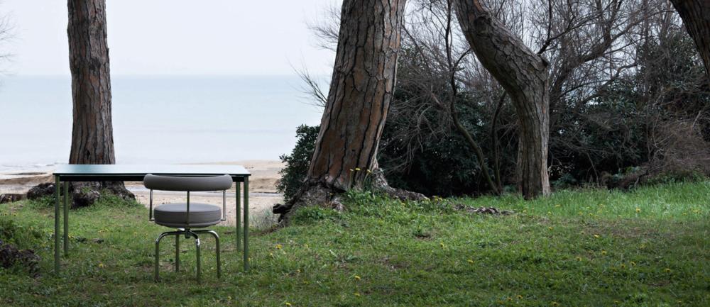 Cassina LC 10 p lounge outdoor collection tuinmeubelen loncin design interieur terras leuven brussels bruxelles waterloo wavre mechelen antwerpen tienen zoutleeuw Sint-truiden hasselt genk tongeren liege luik maastricht meubelwinkel  .png