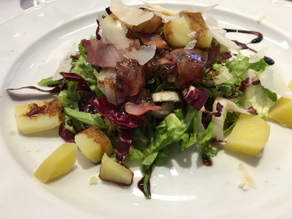 Mixed green salad with warm potatoes and speck