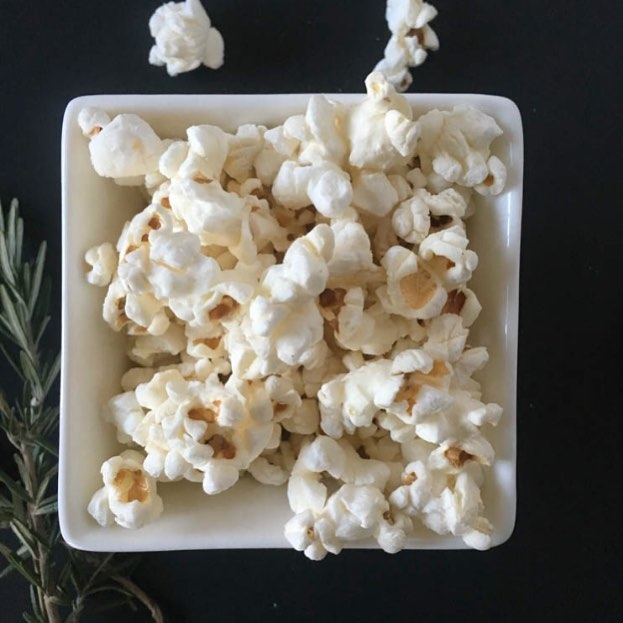 Getting ready to pop up some of my Rosemary Popcorn (search for the recipe on the blog) and curl up on the couch after a fun-filled@holiday weekend. Happy Sunday friends!  #deliciousbalance #sunday #holidayweekend #rosemary #popcorn #rdlife #healthylifestyle #heresmyfood #healthysnack #nutritionable #plantbased