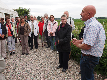 Frank Thuyls sharing his garden wisdom during one of many garden tours he hosts.  Source: w-rusch.de