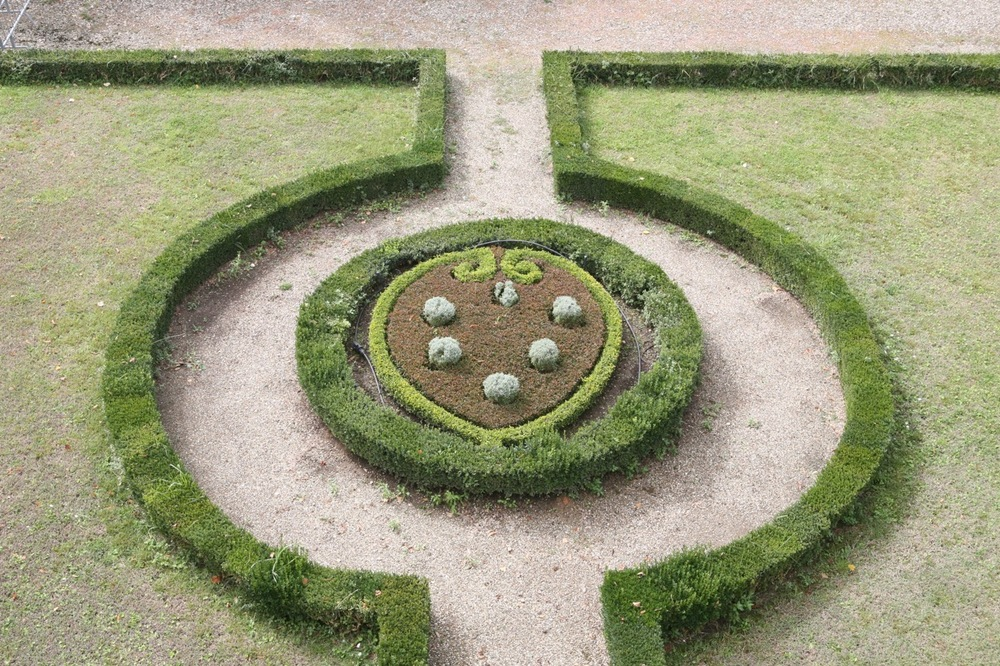 The Medici coat of arms shaped out of plant material decorates the upper terrace.