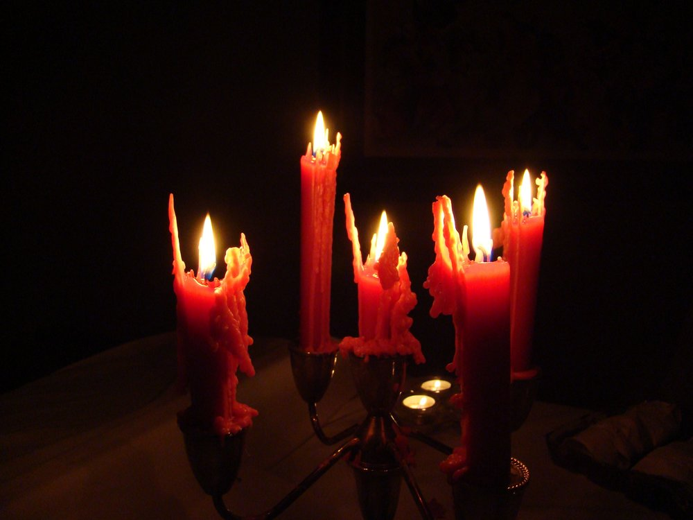 Spooky_halloween_candles_in_dark.jpg