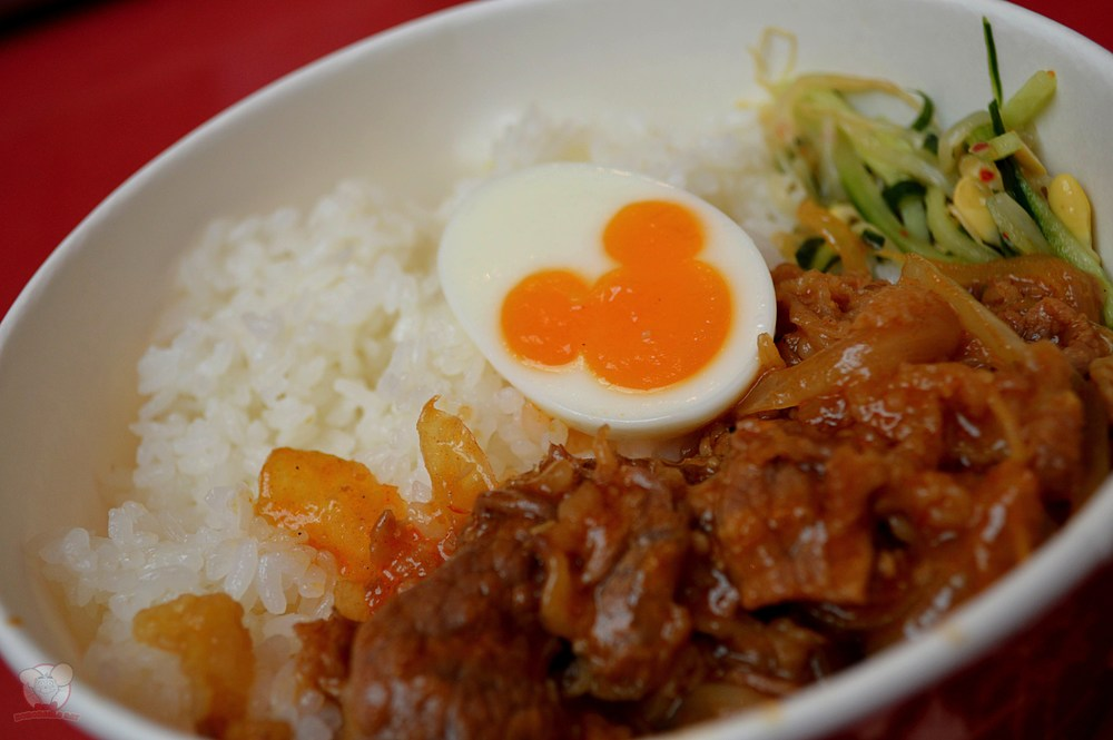Mickey Egg over beef with rice and vegetables
