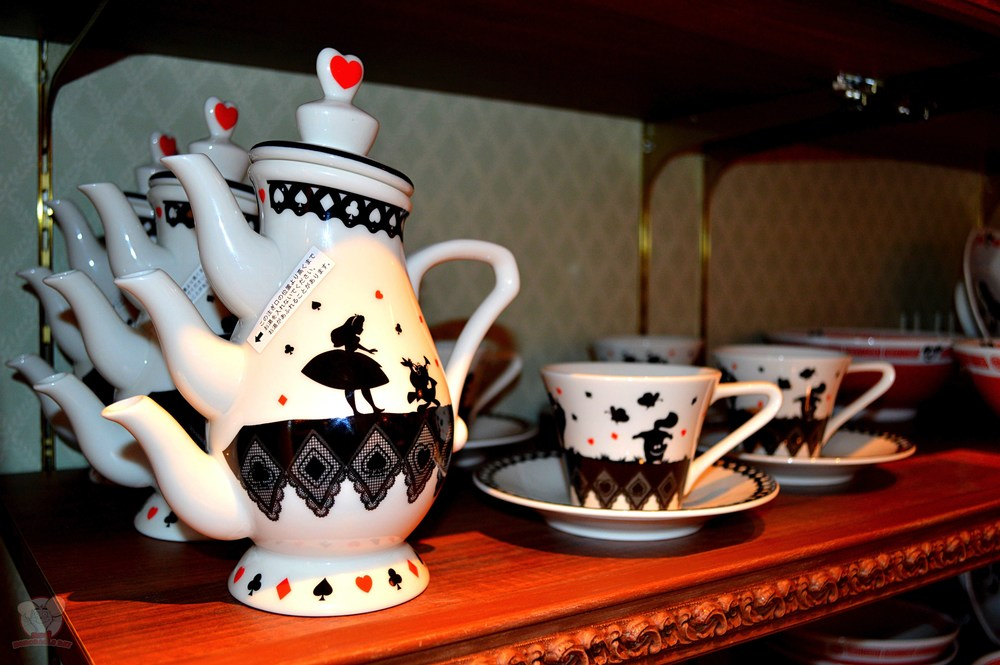 Alice in Wonderland Crazy Teapot: 4,090yen Alice in Wonderland Tea Cup and Saucer set: 1,540yen