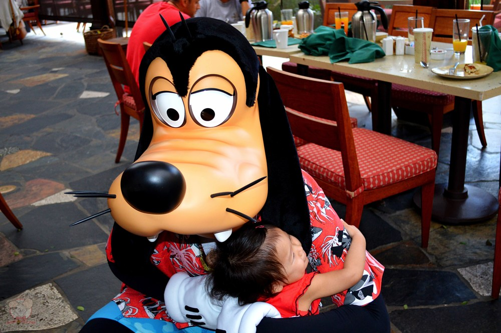 Mahina and Goofy hugging