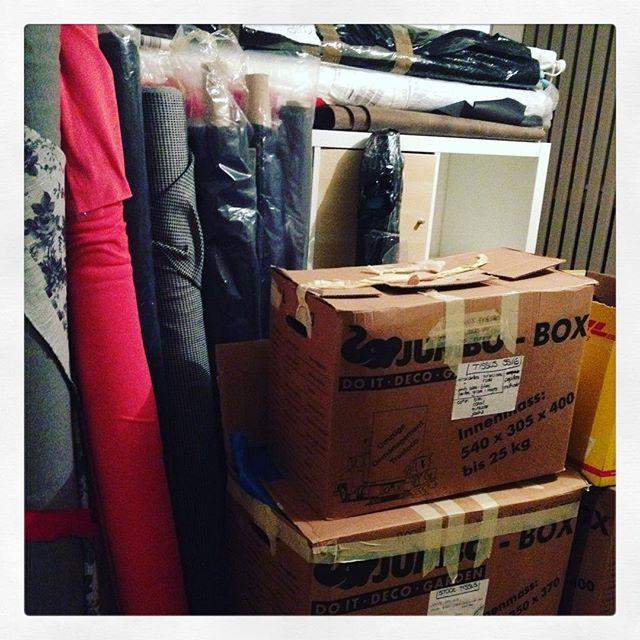 Samedi il y aura aussi beaucoup beaucoup beaucoup de tissus alors si tu veux te mettre à la couture viens faire le plein de magnifiques tissus de qualité à moitié prix! samedi 25 mars à la maison du vallon à Lausanne de 10h à 18h rue du vallon 2 #sale #braderie #maisonduvallon #tissus #ventetissus