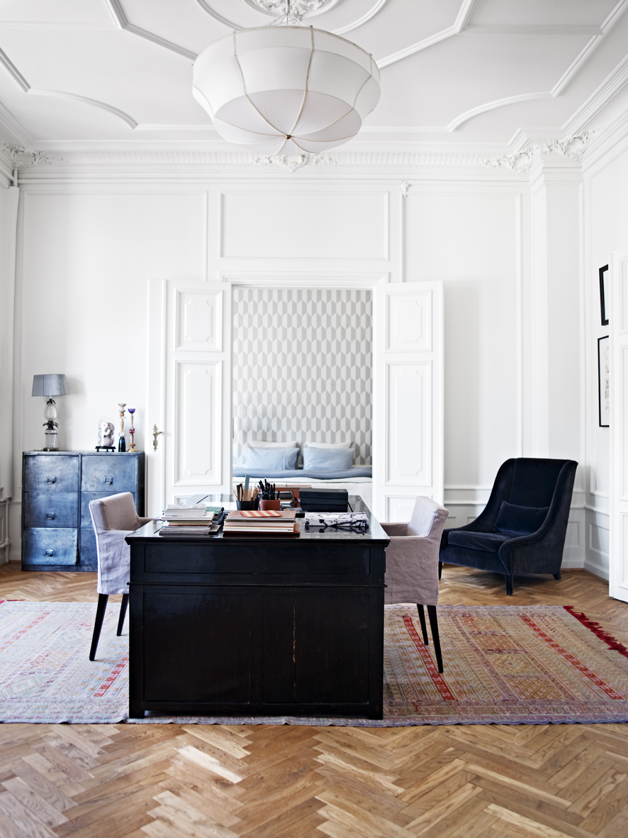 The long runner in this room perfectly demarcates a workspace. Photography: Birgitta W. Drejer / Sisters Agency. Stylist: Pernille Vest