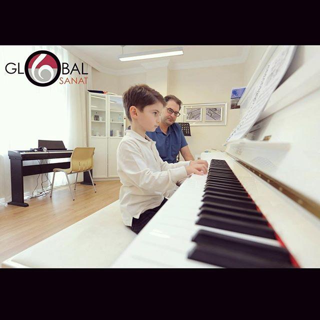 Eğitmenlerimizden Uluç Konuk ve miniklerimizden Rüzgar 🎈🎈🎈🎹🎹#herkesiçinsanat #piyanodersi #piyanokursu #balekursu #bakirkoysanat