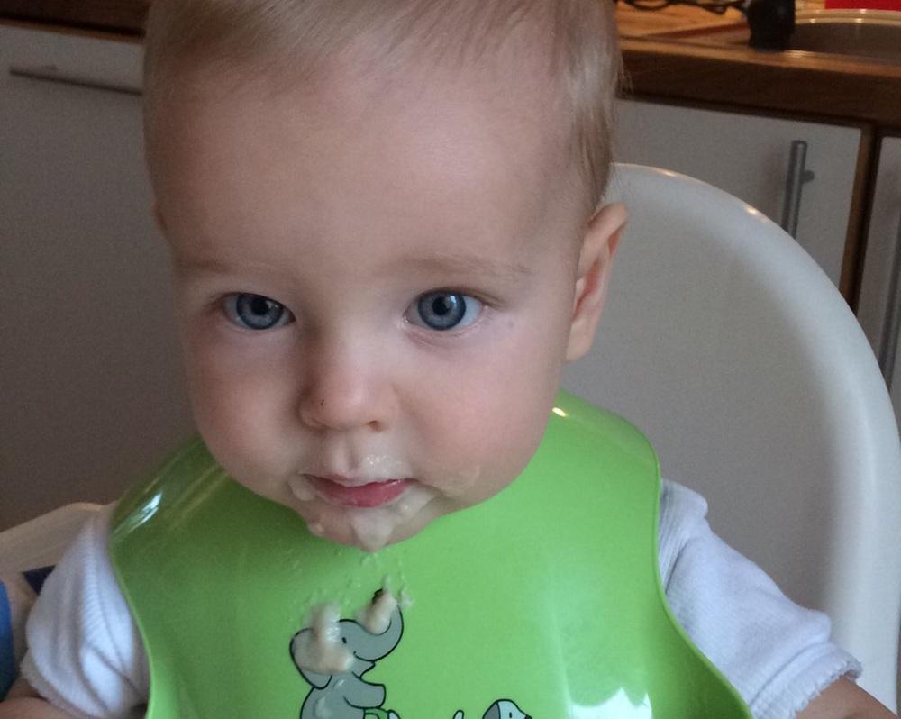 Hjalmar smakar gröt för första gången i livet