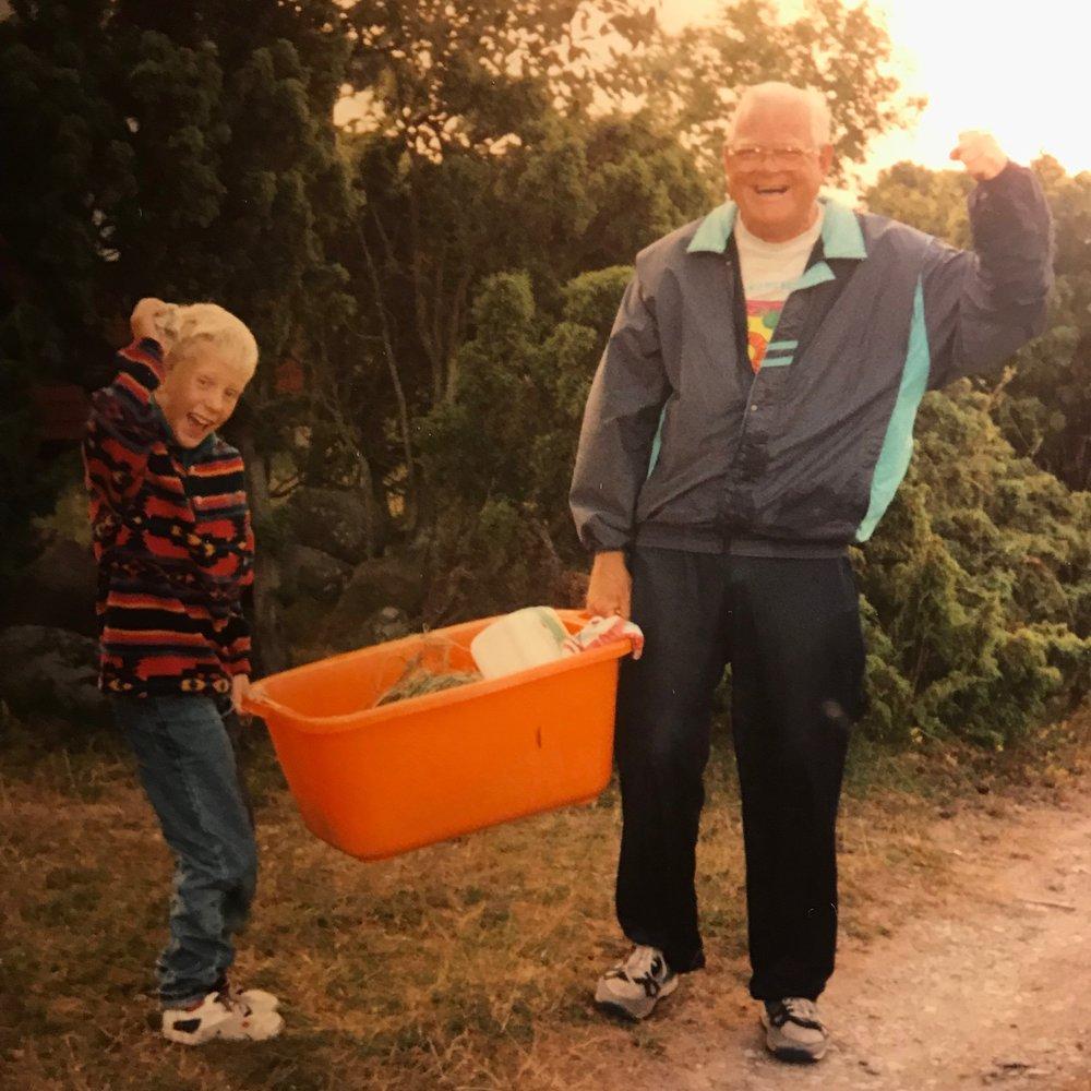 Jag och farfar efter en lyckad fisketur på det glada 90-talet.