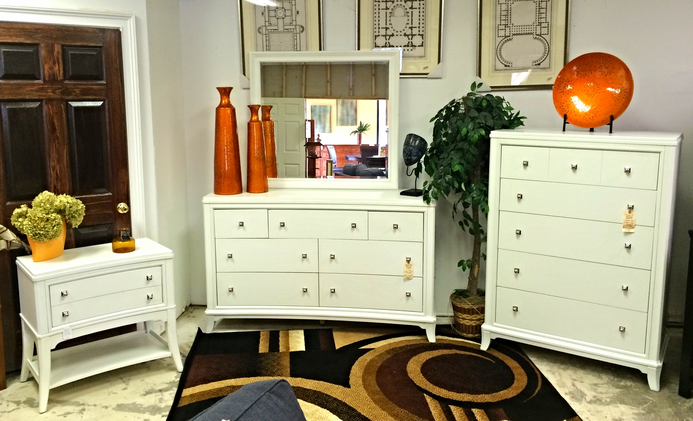 Thomasville White Manuscript 4pc Bedroom Set  Furnish This Fine