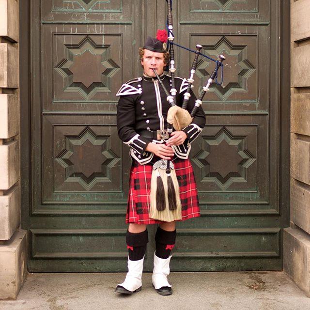 Edinburgh bagpiper. #brnostore #baLens #whitebalancelenscap #BRNObaLens #leica #m9 #travelphotography #scotland #bagpipe #bagpiper #edinburgh #edinburghlife