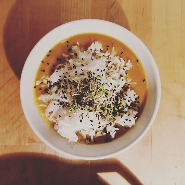 For this super full blood moon eclipse, keep your meals simple and nourishing. This coconut cauliflower carrot pumpkin soup with basmati rice helps ground you amidst the uprooting lunar energy. The moon is moving us forward for major upgrades but she may do so in a tough love kind of way which leaves us emotionally and physically drained.  Full of root veggies, starch, and healthy fats this soup us super grounding and also easy to digest, allowing your energy to be diverted to the major change vibes. I topped it off with some raw black sesame seeds to nourish kidney yin and brocolli sprouts because they are good for everything always. #sundaydinner