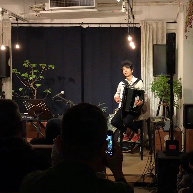 在這個微涼的夜晚音樂會,我們佈置了一個有花草綠意的舞台⋯⋯山崎さん的細膩歌聲貼近了心裡那個溫柔的角落,與共演手風琴家王雁盟充滿畫面的悠揚琴音,讓這個魔幻時刻如沐春風般的溫暖💛 #山崎ゆかり #空気公团 #王雁盟