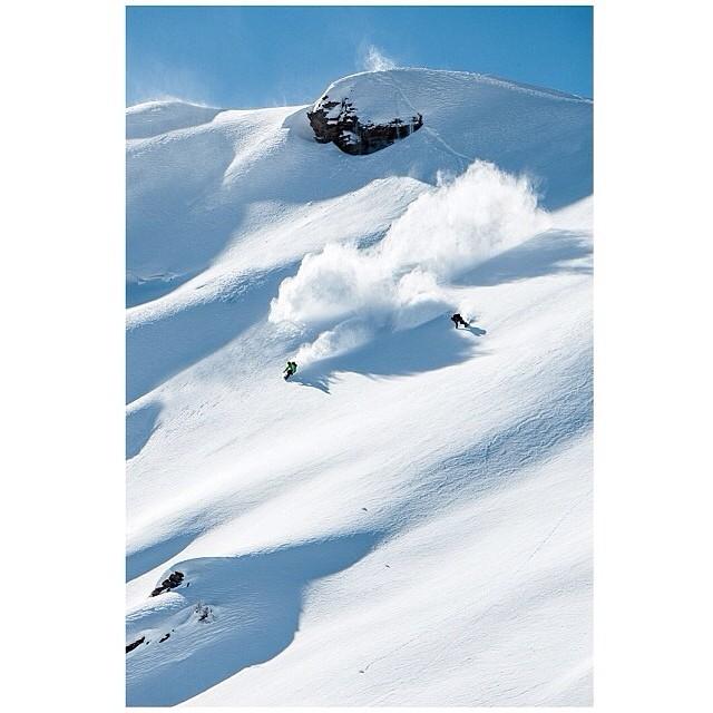 Daydreaming Sundayze in Ticino w/ @leviluggen  and @stephan_maurer !  #snowboarding #nippledeep #switzerland