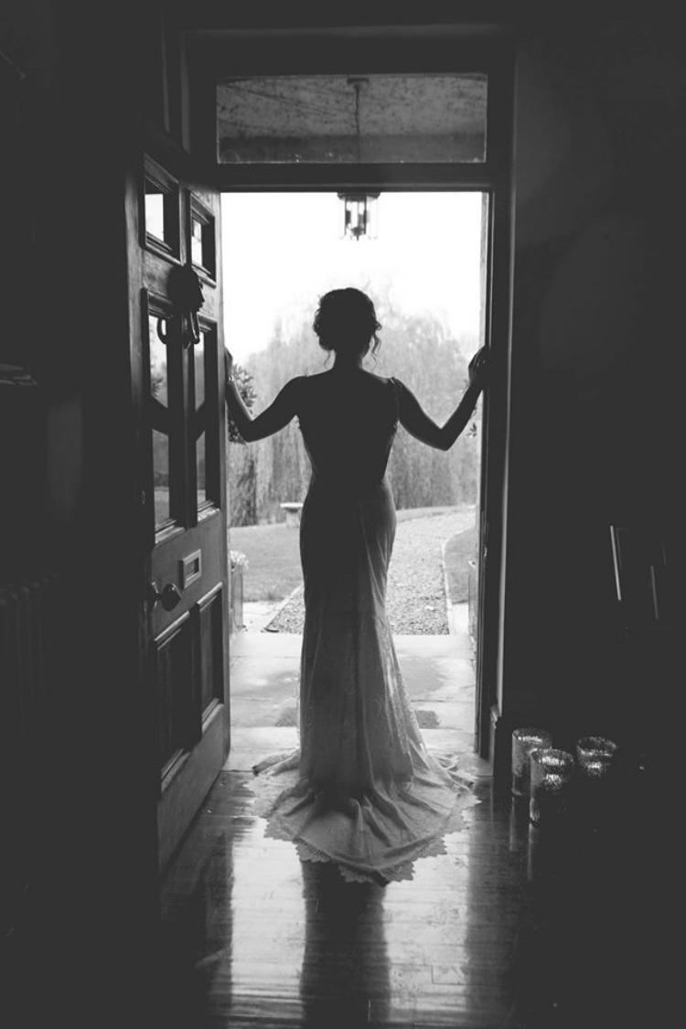Claire-Pettibone-Wedding-Dress-Bride-In-Doorway-Silhouette.jpg