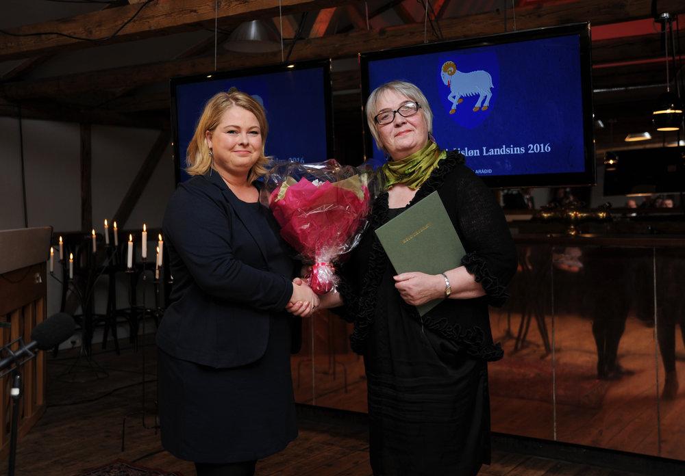 Rigmor Dam handar mammu Rúna Brattaberg, Karini, Mentanarvirðislønina. Fotomyndir: MMR/ Bjarni Nygaard.