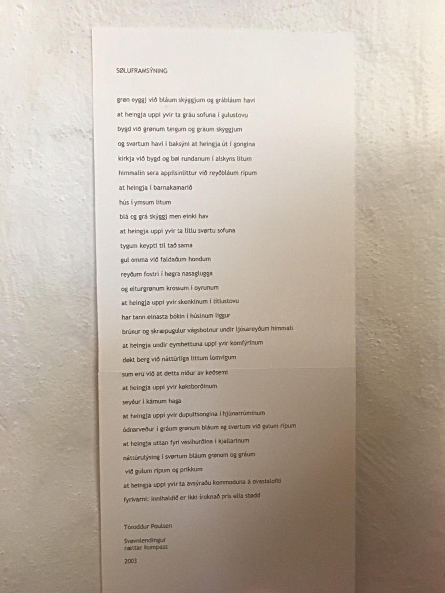Listakvinnan hevur hongt hesa yrkingina hjá Tóroddi Poulsen á ein stólpa sum eina speiska tilsiping til tann kommersiella partin av listaframsýningum